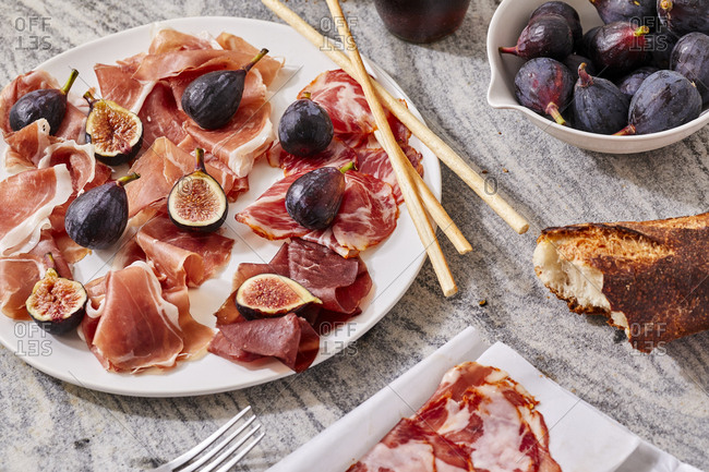 Figs with meat and bread