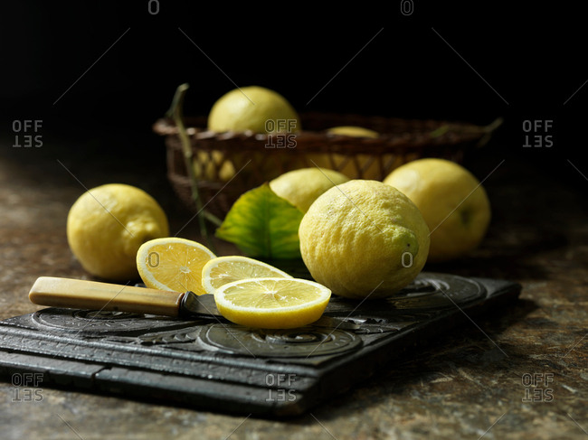 Whole and sliced unwaxed lemons