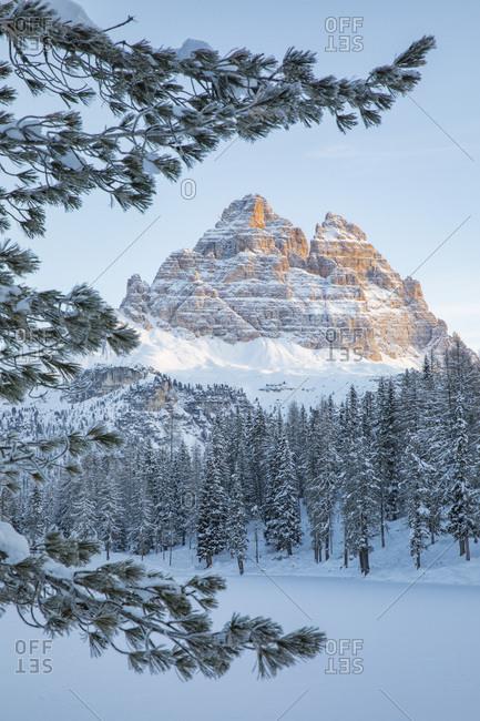 The Tre Cime di Lavaredo peakt at dawn and the frozen lake of Antorno, Misurina, dolomites, Veneto, Italy, Europe