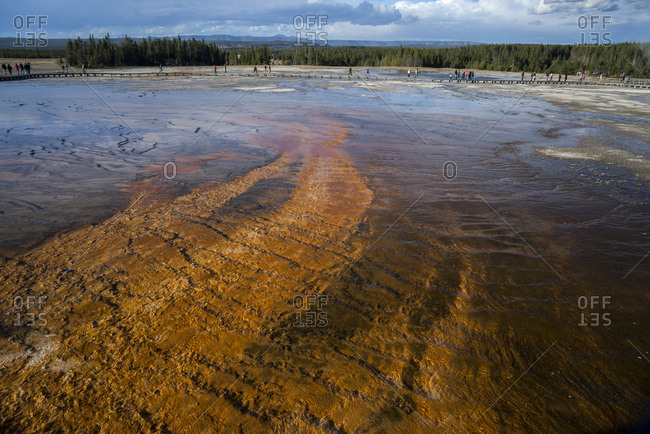 USA, Wyoming, Yellowstone National Park, Midway Geyser Basin, Grand Prismatic Spring, Patterns in E [...]