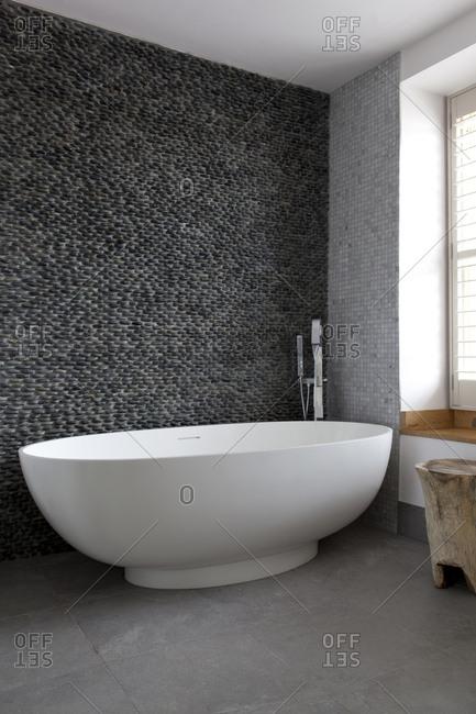 Bathroom with pebble wall