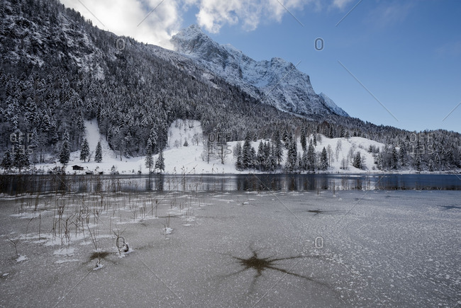 Of the wintry Ferchensee at Mittenwald, in the background Wetterstein Range.