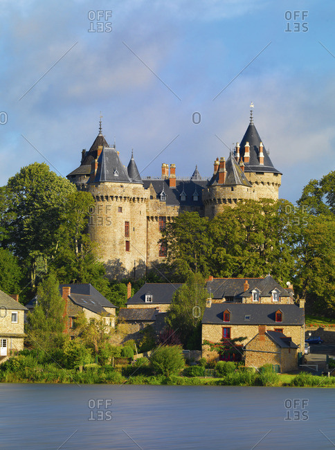 France, Brittany, Ille et Vilaine, Cambourg, Chateau de Cambourg with lake infront