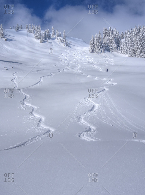 Tracks in the snow, winter sportsperson go from the Lacherspitze.