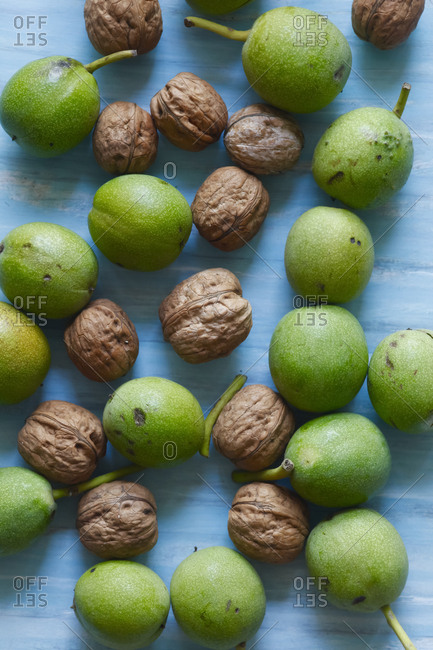 Peeled and unpeeled walnuts