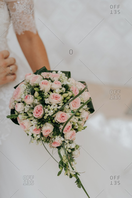 Faceless bride with rose bouquet