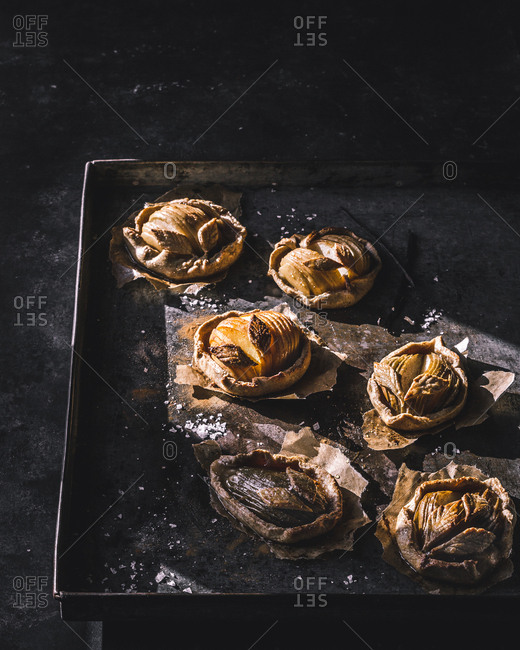 Baking pan with apple mini galettes
