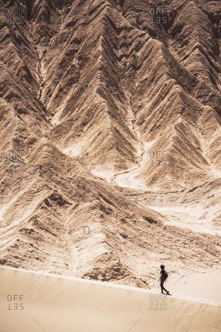 Chile, Antofagasta, San Pedro de Atacama, Atacama Desert, Tourists in sand dunes at Death Valley, Atacama Desert