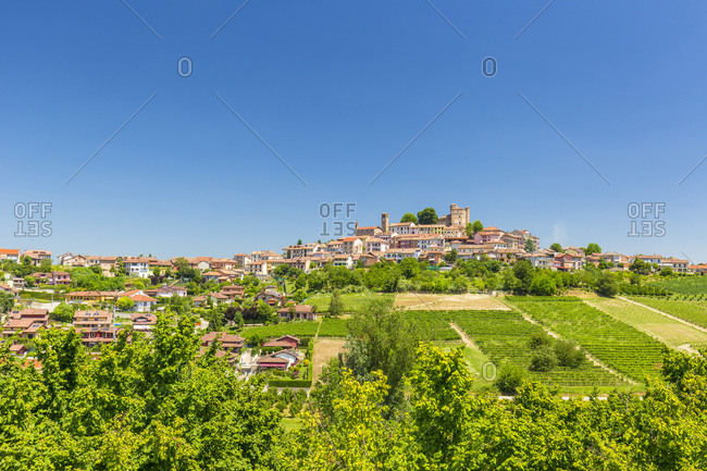 Italy, Piedmont, Cuneo district, Langhe, Roddi, The village of Roddi and the Castle