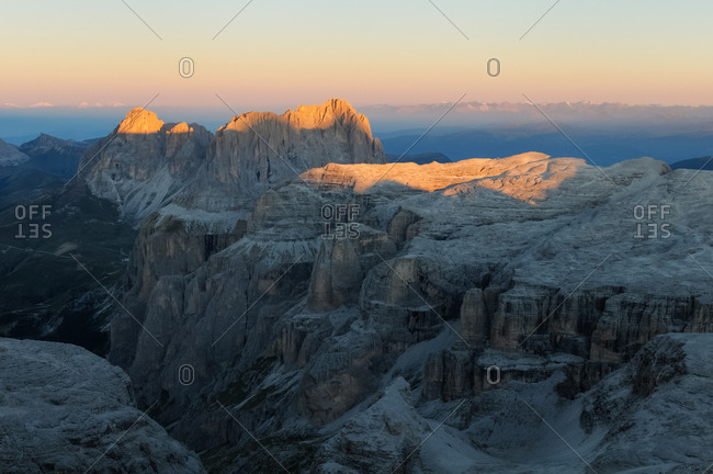 Sunrise to Sassolungo and Sella mountain range from the top of Piz Boe, dolomites, Italy