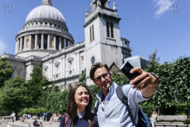 UK- London- couple taking a selfie near St. Paul's Cathedral