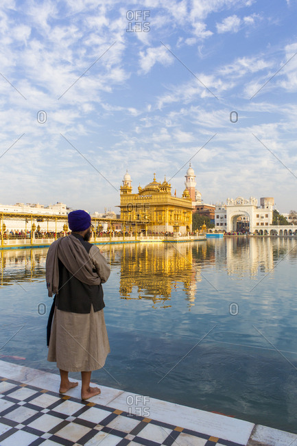 Sikh at The Golden Temple (Harmandir Sahib) and Amrit Sarovar (Pool of Nectar) (Lake of Nectar), Amritsar, Punjab, India, Asia