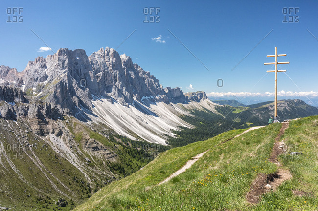 the Zendleser Kofel / Col di Poma with the characteristic summit cross in front of the Odle / Geisler Group, Funes Valley, Puez-Geisler Nature Park, Dolomites, Bolzano, South Tyrol, Italy
