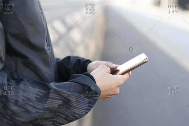 Perssons hands holding a phone