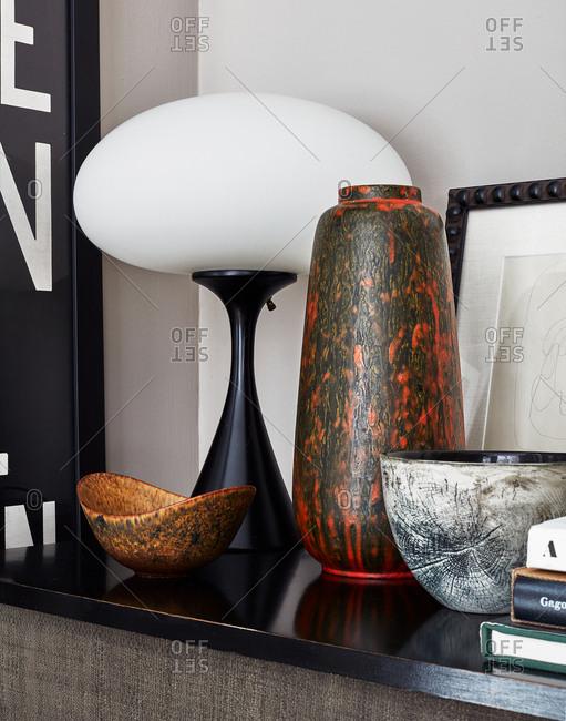 Interior d_cor on black shelf