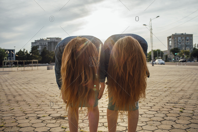 Redheaded twins in the city- headbangen