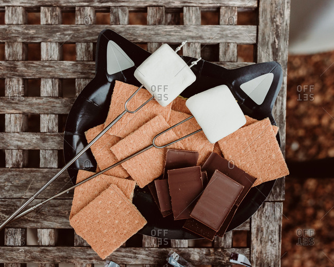A plate of items to make smores