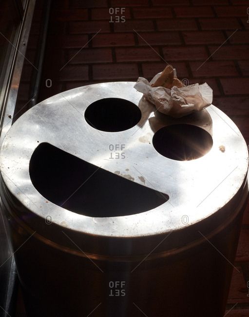 Smiley face trash can - Offset