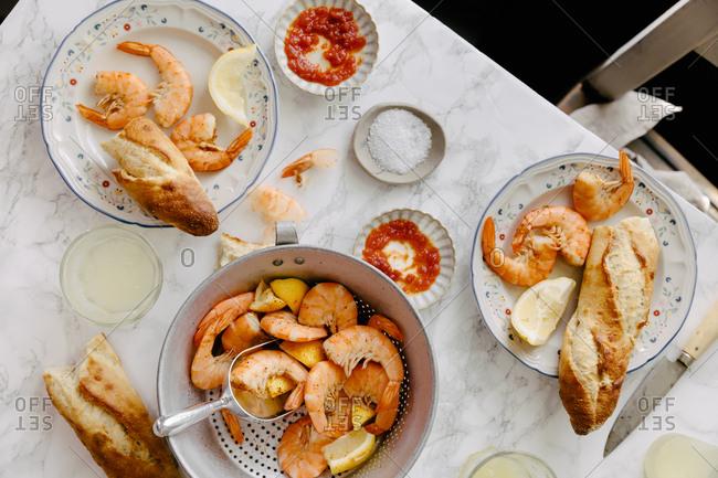 Boiled shrimp served with a baguette