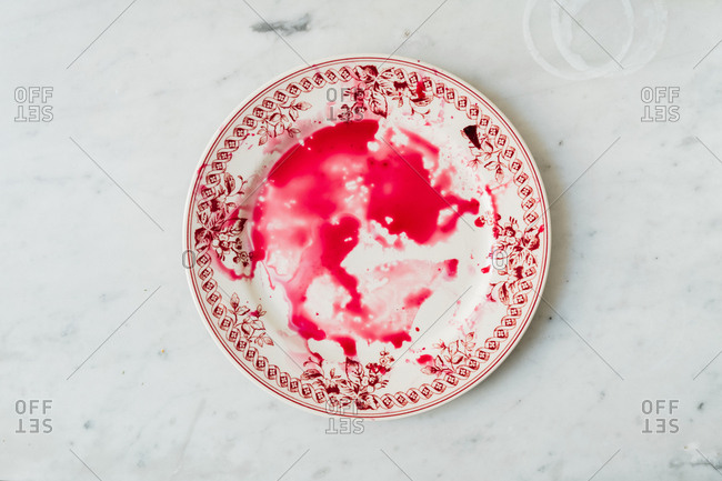 Plate with beetroot juice - Offset