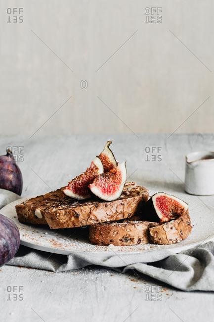 Delicious figs and almonds french toasts