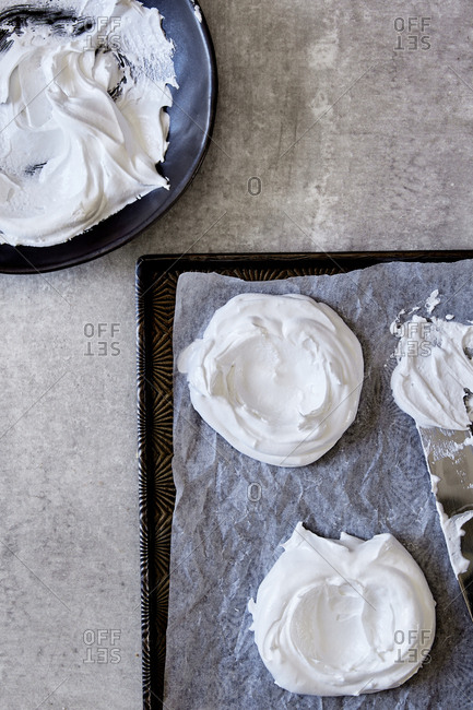 Preparing meringue rounds for the oven
