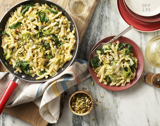 Spicy spinach pasta and pistachios