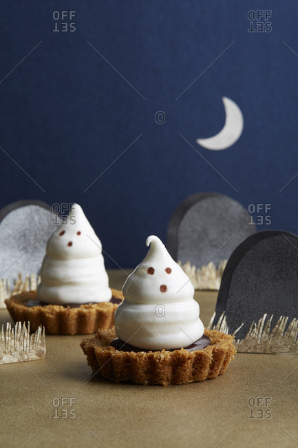 Halloween chocolate tart with marshmallow ghosts