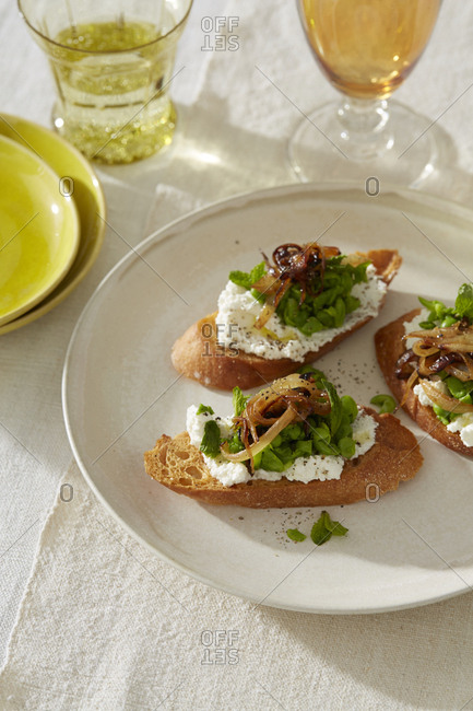Mashed peas on toast with goat cheese and caramelized onions