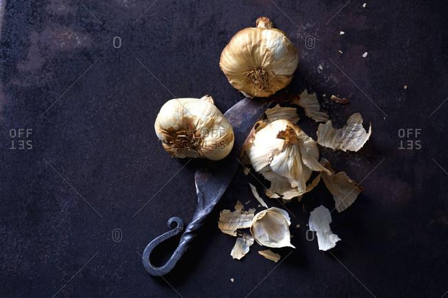 Smoked garlic on rusty ground