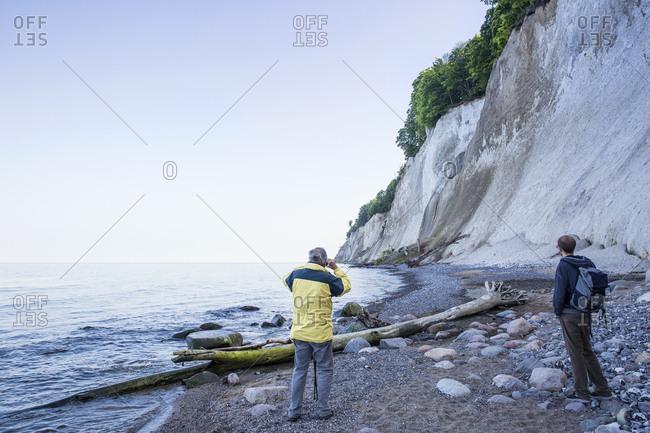 Germany- Mecklenburg-Western Pomerania- Ruegen- Jasmund National Park- hikers looking on chalk cliff at 'Kieler Ufer'
