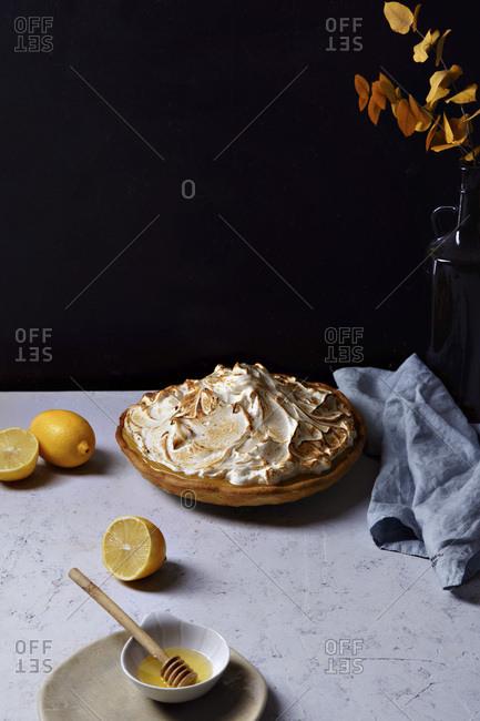 Lemon meringue tart with lemon curd