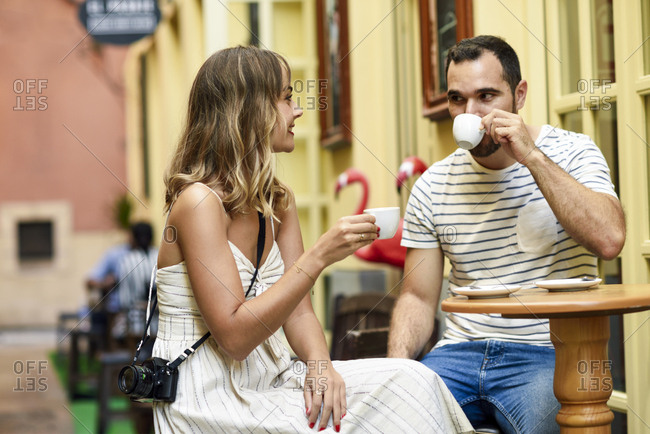 Spain- Andalusia- Malaga- couple having a coffee in an alley