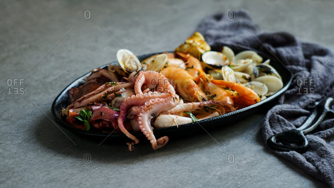 Plate with octopus, oysters and shrimps napkin