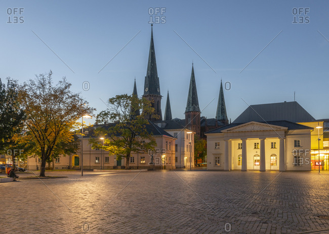 Germany- Lower Saxony- Oldenburg- old town- Scloosplatz and St. Lamberti church at dusk