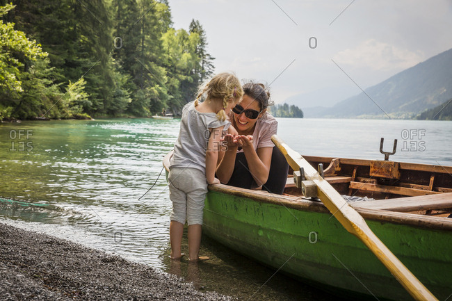 Austria- Carinthia- Weissensee- mother in rowing boat with daughter at the lakeside