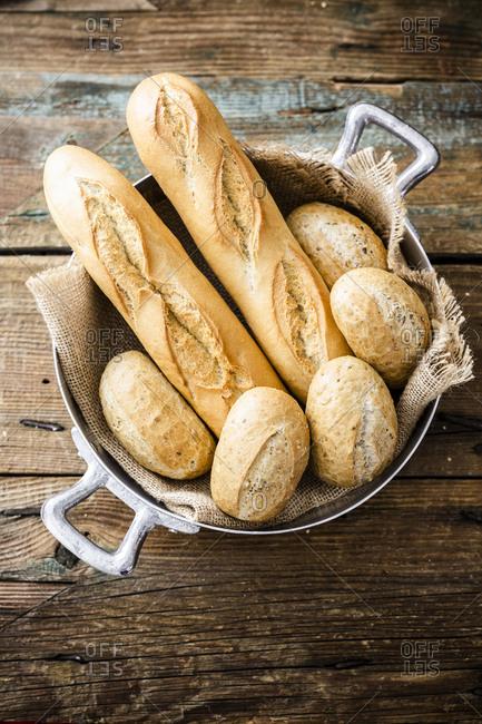 Two baguettes and four rye bread rolls in a pot