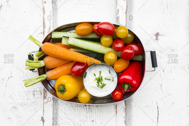 Lunch box with carrot- paprika- cucumber- tomato and chive dip