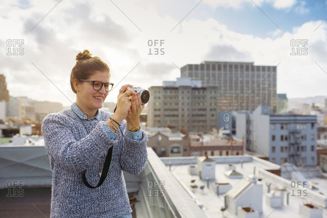 Young woman photographing city - Offset