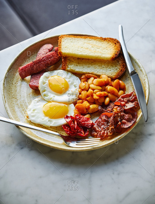 A full English breakfast served in a restaurant
