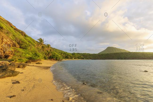 USA- Hawaii- Oahu- Hanauma Bay- dead volcano crater and Koko Crater