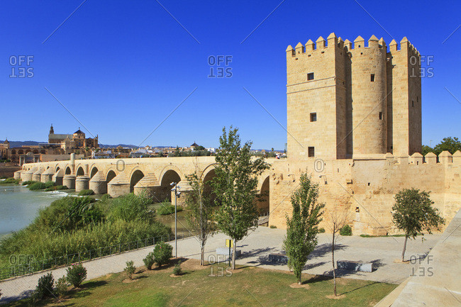 Spain, Andalusia, C�rdoba, The Cathedral and former Great Mosque of C�rdoba (Mezquita de C�rdoba) and Roman Bridge (Puente Romano) over the Guadalquivir River