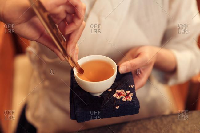 Young women make tea - Offset