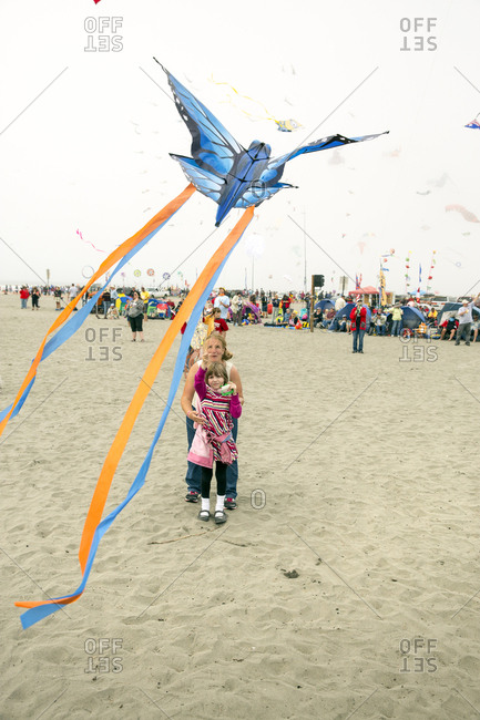 USA, Washington State, Long Beach Peninsula, - August 23, 2014: International Kite Festival, mom flies a kite with her daughter