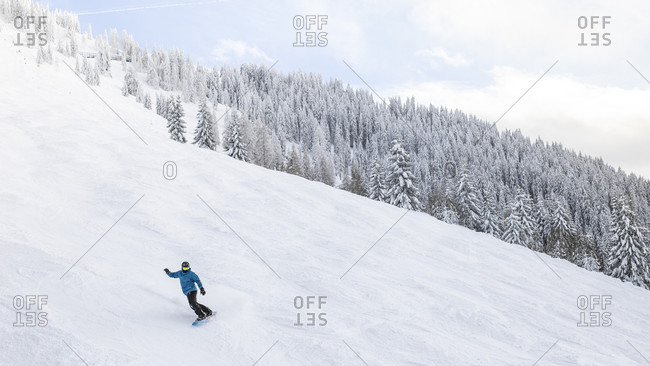 Snowboarder on piste at Soll, Wilder Kaiser, Tyrol, Austria