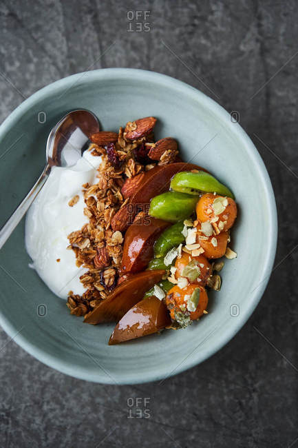 Granola with caramelized fruits and homemade yogurt