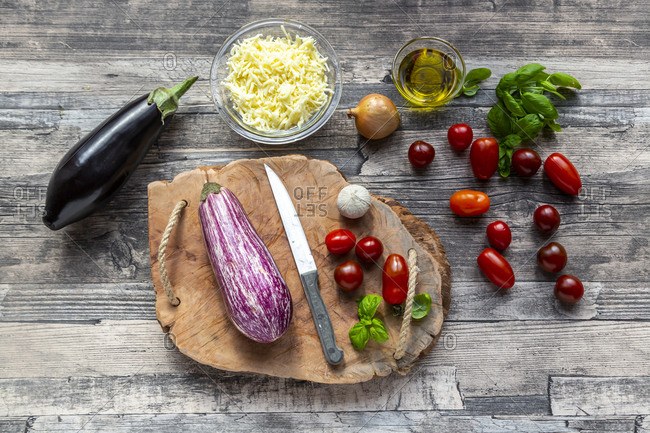 Various ingredients for aubergine-pizza- low carb