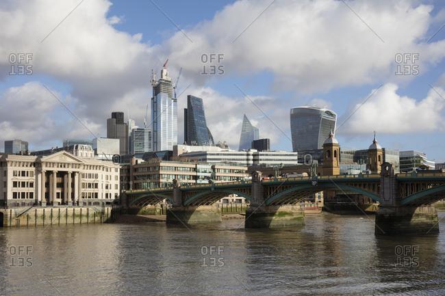 November 30, 2018: UK- London- City of London- River Thames- Southwark Bridge und Skyline