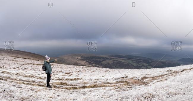 UK- Wales- Brecon Beacons- Craig y Fan Ddu- woman hiking in winter landscape