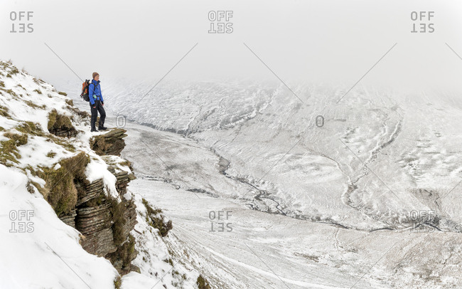 UK- Wales- Brecon Beacons- Craig y Fan Ddu- woman hiking in winter landscape